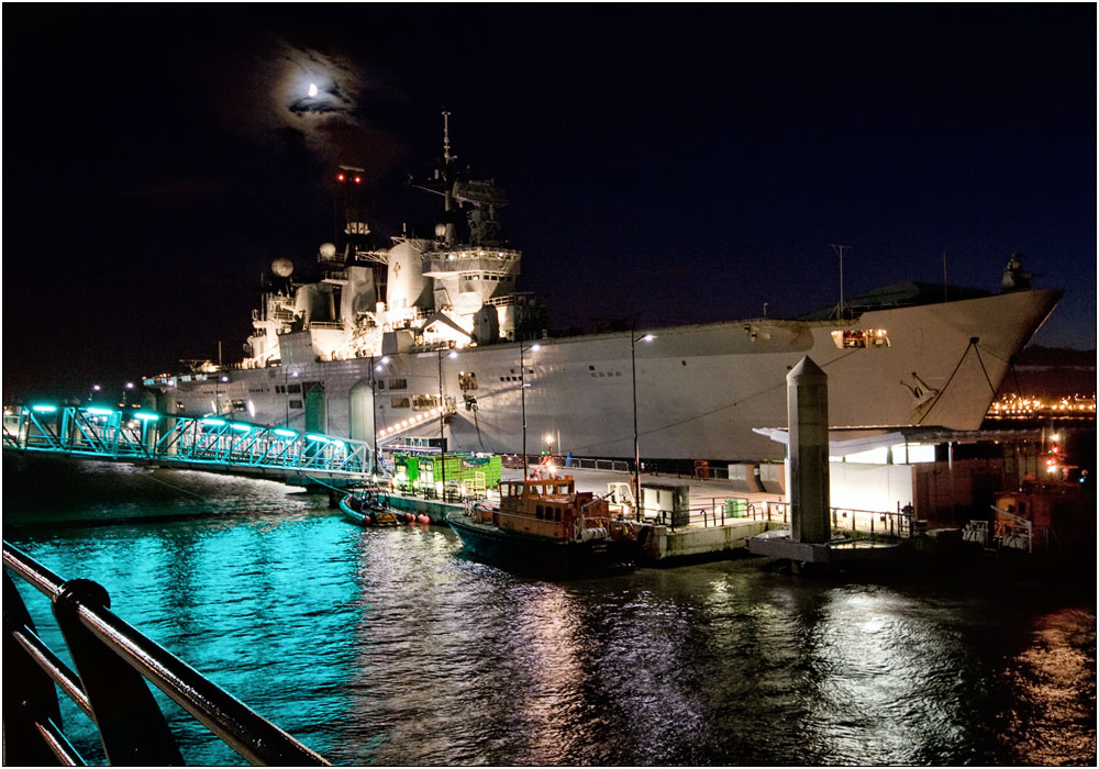 photoblog image HMS Illustrious at the Cruise Liner Berth